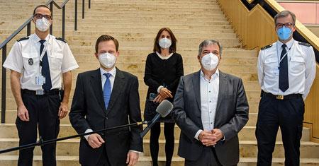 on links nach rechts: Marc Dieroff vom Gesundheitsamt, Bürgermeister und Gesundheitsdezernent Dr. Oliver Franz, die Leiterin des Impfzentrums Dr. Kaschlin Butt, Oberbürgermeister Gert-Uwe Mende sowie Andreas Kleber Abteilungsleiter Katastrophenschutz bei der Berufsfeuerwehr Wiesbaden