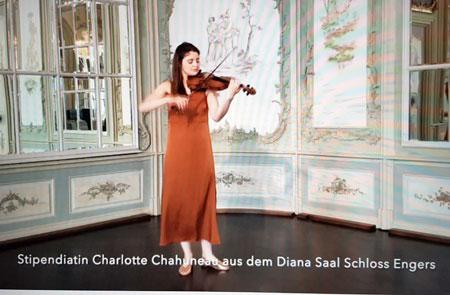 Die französische Violinistin Charlotte Chahuneau, Stipendiatin und Stern 2020 der Stiftung Villa Musica, war aus Schloss Engers mit einer musikalischen Einlage von  J.S. Bach zugeschaltet. Bildschirmfoto © Diether v. Goddenthow