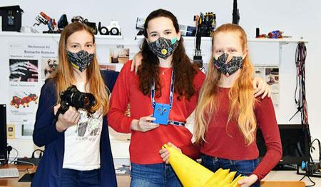 Emilie Borrmann, Katharina Endres und Jana Schlotman (v.l.n.r.) arbeiten an der Entwicklung eines Geräts zur Überwachung von Mindestabständen auf dem Schulhof. Foto: Barbara Endres