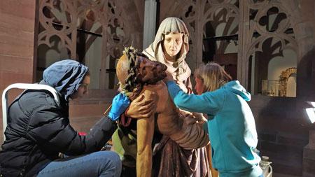 Derzeit restaurieren die erfahrenen Restauratorinnen Moya Schönberg und Anke Becker die Pietà im Kreuzgang des Dommuseums. © Moya-Schönberg