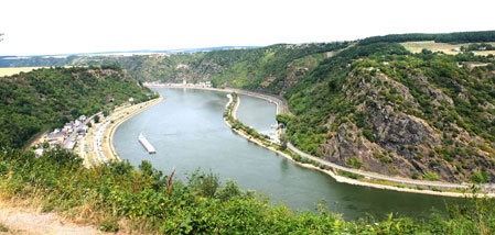 Der Rhein in der Rheinschlucht bei Sankt Goarshausen mit der Loreley (132 Meter hoher Schieferfelsen) ist Teil des UNESCO-Weltkulturerbes Oberes Mittelrheintal. © Foto Diether v. Goddenthow
