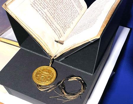 """Die Goldene Bulle – ein von Karl IV. (1346– 1378) in Urkundenform verfasstes kaiserliches Gesetzbuch – war von 1356 an das wichtigste der """"Grundgesetze"""" des Heiligen Römischen Reiches.  © Foto GDKE/Agentur Bonewitz"""