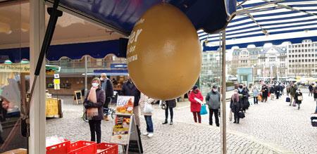 Unter freiem Himmel einkaufen, beim Erzeuger direkt oder auch Wochenmärkten. Zum Teil sind die Warteschlangen wie hier auf dem Wiesbadener Wochenmarkt lang.  © Foto Diether v. Goddenthow