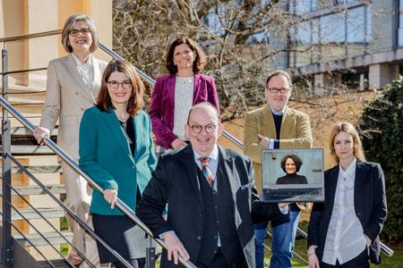 Die Jury des Deutschen Sachbuchpreises 2021. (v.l.n.r.) Prof. Dr. Barbara Stollberg-Rilinger, Dr. Kia Vahland, Dr. Jeanne Rubner, Denis Scheck, Dr. Klaus Kowalke, Hilal Sezgin, Tania Martini Foto: Monique Wüstenhagen