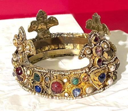 Die Essener Krone ist die älteste erhaltene ihrer Art und zeichnet sich durch vier auf einen Goldreif aufgesetzte Lilien aus. © Foto GDKE/Agentur Bonewitz