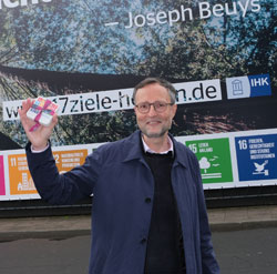 """Nachhaltigkeit ist das große Thema der deutschen Museen in dieser Dekade"""", davon ist Dr. Andreas Henning, Direktor des Museums Wiesbaden, überzeugt. Auf den Bierdeckeln stehen die 17 Nachhaltigkeitsbotschaften  auf Hessisch. Kann man später kostenlos  im Umweltladen und an der Museumskasse erhalten. ©  Foto Diether v. Goddenthow"""