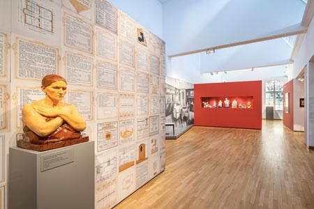 """Installationsansicht """"Raumkunst – Made in Darmstadt 1904–14"""", Museum Künstlerkolonie, Institut Mathildenhöhe Darmstadt, 2021, Foto: Gregor Schuster"""