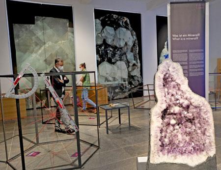 """Eine 344 kg schwere  riesige Amethystdruse begrüßt die Besucherinnen und Besucher der Sonderausstellung """"Kristalle - Vom Diamant bis zum Gips"""" im Museum Wiesbaden. © Diether v. Goddenthow"""