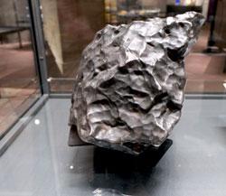 Ein Eisen-Nickel-Meteorit, der 1916 bei Treysa in Nordhessen am helllichten Tag mit einem Feuerschweif vom Himmel fiel. © Foto Diether v. Goddenthow