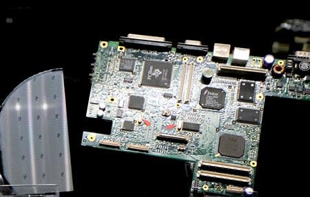 Die Elektroindustrie macht sich den elektrischen Piezoeffekt der inneren Kristallstruktur von sehr reinen Quarzen zunutze und erstellt über ein komplizierten Produktionsprozess Schwingquarze die sehr genaue steuerbare Schwingungen erzeugen und Grundlage für Genauigkeit der Anzeige von z.B. Quarzuhren, Drehzahlregelung, von Synchronmotoren, Stabilisierung der Sendefrequenzen in der Nachrichtentechnik und im IT-Sektor sind. Im Bild: links Wafer mit Schaltkreisen, rechts (mit roten Pfeilen gekennzeichnet) Schaltkreise in Computerplatinen verbaut. © Foto Diether v. Goddenthow