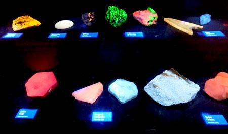 Einige Minerale leuchten in mehr oder weniger hellen Farben, wenn man sie zuvor mit UV-Licht bestrahlt hat.  © Foto Diether v. Goddenthow