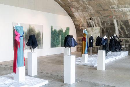 Die Ausstellung 'Palindrome' zur Frankfurt Fashion Week verbindet nachhaltige Mode mit Landschaftsmalerei © Blick in die Ausstellung  Stadt Frankfurt Foto: Holger Menzel
