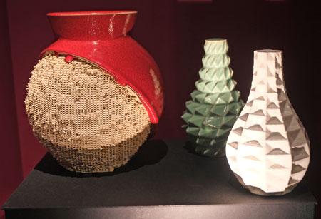 Fabian Schmid (Entwicklung und Entwurf) - zwei Vasen der Serie Surface (r.), Vaser der Serie Skin, Entwürfe 2017, 3D-Keramik-Druck Majolika-Ton) - Fertigstellung mit Glasur erfolgte in Handarbeit.  © Foto Diether v. Goddenthow