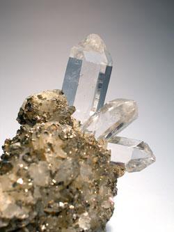 Bergkristall in Paragenese mit Pyrrhotin und Siderit Minas Gerais Dudeste © HLMD Foto W. Fuhrmannek