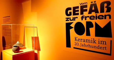 Besucher werden empfangen mit Keramik aus dem Altneolithikum bei der Sonderausstellung Vom Gefäß zur freien Form – Keramik im 20. Jahrhundert im Landesmuseum Mainz der GDKE. © Foto Diether v. Goddenthow