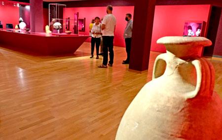 In der Ausstellung wird einmal mehr deutlich, dass künstlerische Keramik, ausgehend von historischen Vorläufern teils auf Traditionen beruft, sich weiterentwickelte und schließlich emanzipierte. © Foto Diether v. Goddenthow