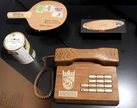 Holztelefon Trub, 1989, Gfeller AG Bern. Oben links: Tischtennis-Schläger als Mail-Art-Postsendung, 1981 an den Kölner Mail Artist Horst Tress addressiert.© Foto Diether v. Goddenthow