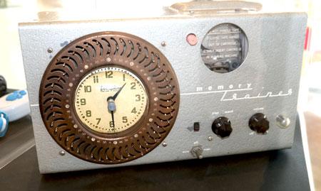 Mit diesem Dormiphone Cassette Player von 1957 sollte die Lerngeschwindigkeit, etwa für Sprachen, Sprechrollen für Theater oder dem aufkommenden Fernsehen  um 20 bis 50 Prozent gesteigert werden. © Foto Diether v. Goddenthow