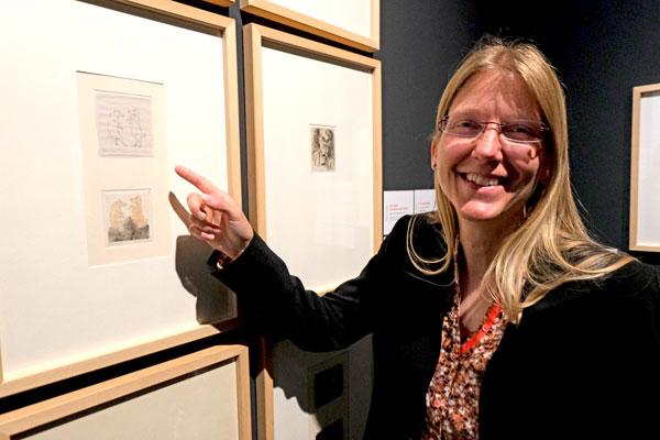 """Kuratorin Dr. Karoline Feulner, Leiterin des Slevogt-Forschungszentrums, vor ihrer Lieblingsradierung  von Max Slevogt auf Büttenpapier  """"Zwei Tanzende Schweine""""  (1920 - 1928), Sammlung GDKE, Landesmuseum Mainz. © Foto Diether v Goddenthow"""
