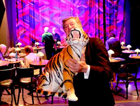 """Johnny Klinke, Gründer und Direktor des Tigerpalastes, Mitbegründer des European Youth Circus Wiesbaden. schaut mit seinem Team nach schlimmen Monaten mit einem Bündel neuer Ideen wieder optimistisch in Zukunft: """"Jetzt machen wir den Tiger"""". © Foto Diether v. Goddenthow"""