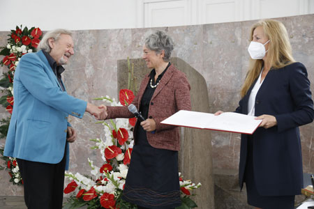 Kulturdezernentin Ina Hartwig gratuliert Klaus Theweleit. © Stadt Frankfurt, Foto: Maik Reuß