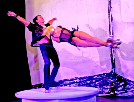 Mit atemberaubender Rollschuh-Akrobatik werden auch das Duo Giurintano aus Italien  neben  25 weiteren Künstlern  in der neuen Herbst- und Weihnachts-Revue 2021/ 2022 die Gäste mit Artistik, Gesang, Wortakrobatik und Performances faszinieren. © Foto Diether v. Goddenthow