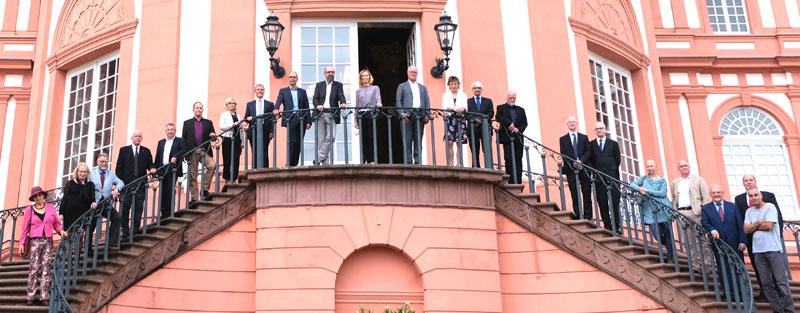 Gruppenfoto der diesjährigen Preisträger des Hessischen Dankmalschutzpreises auf der Treppe von Schloss Biebrich. © Foto Diether v. Goddenthow