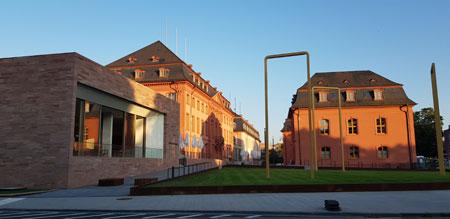 Deutschhaus nach seiner umfangreichen Sanierung und Erweiterung  als Sitz des Landtags Rheinland-Pfalz  kurz vor der Eröffnung. © Foto Diether v. Goddenthow