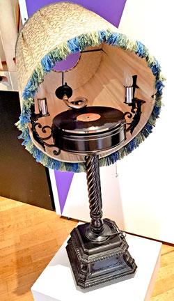 Kaum zu glauben, selbst diese einzigartige Stehlampe mit eingebautem Schallplattenspieler um 1925, wurde in Serie hergestellt. © Foto Diether v. Goddenthow