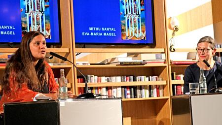 Mithu Sanyal im Gespräch mit  Eva Maria Magel-FAZ © Foto Diether v. Goddenthow