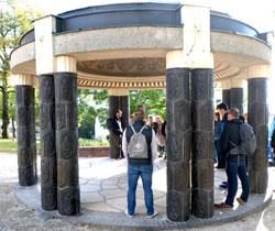 """Albin Müllers  """"Schwanentempel"""" Die Säulen sind verkleidet mit Ziegeln  aus der Gail'schen Dampfziegelei und Tonwarenfabrik, Gießen.  © Foto Diether v. Goddenthow"""